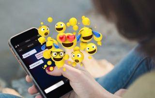 smartphone com emojis saindo da tela