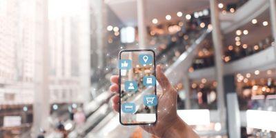 smartphone utilizando redes sociais