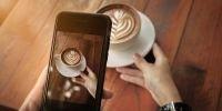 tirando foto do café com smartphone