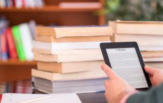 pessoa lendo ebook em um kindle