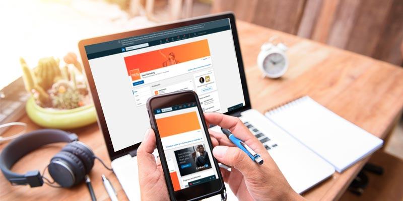 Empreendedor fazendo pesquisa e conferindo notificações nos dispositivos móveis