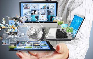 Dispositivos eletrônicos sobre uma mão
